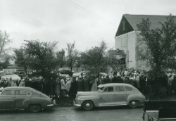 Throng of people outside Mossbank Community Hall during The Great Debate.